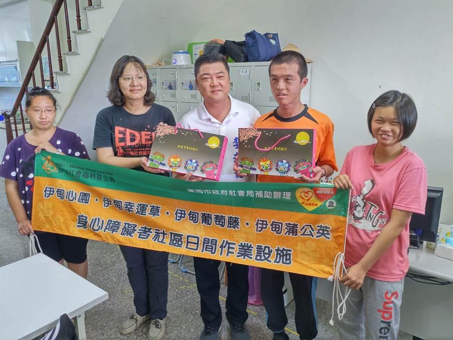 國民黨台南市第二選區立委參選人李武龍向社福團體採購愛心月餅,再轉送給其他社福團體做公益。(莊曜聰攝)