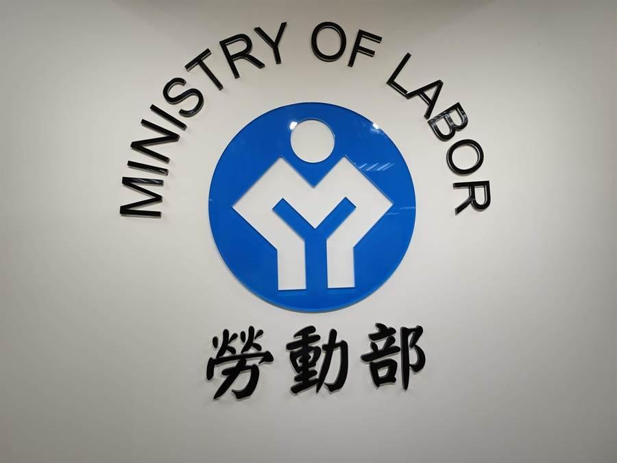 勞動部今天公布截至8月底「勞雇雙方協商減少工時」(無薪假)統計,共有33家事業單位通報實施無薪假、實施人數2257人,再度創下今年新高。(林良齊攝)