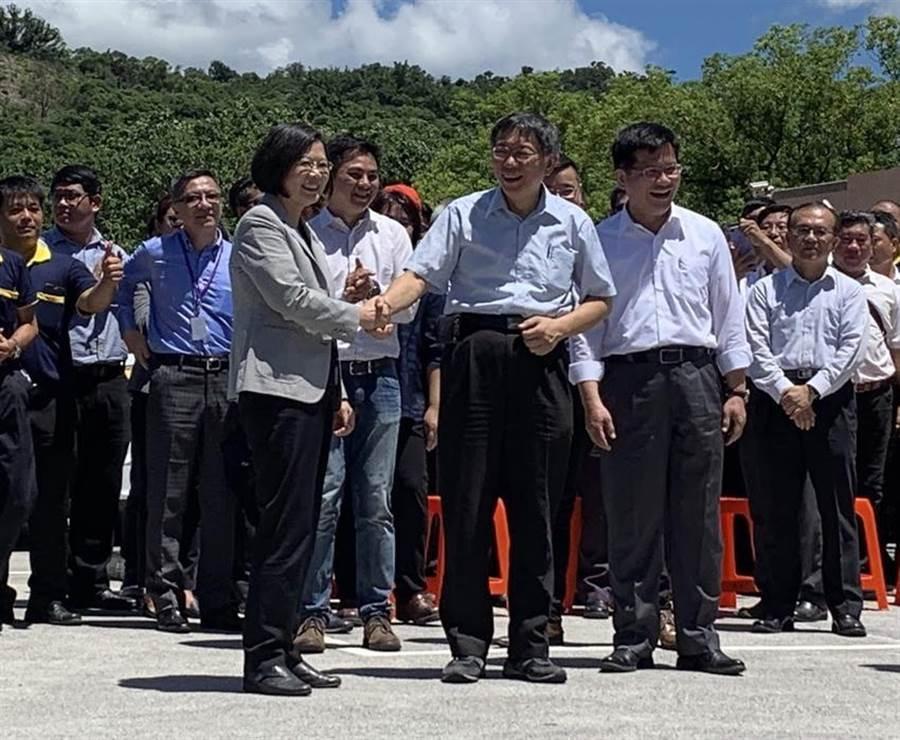 總統蔡英文與台北市長柯文哲出席「計程車產業升級服務2.0記者會」,兩人短暫握手。(圖/彭媁琳攝)