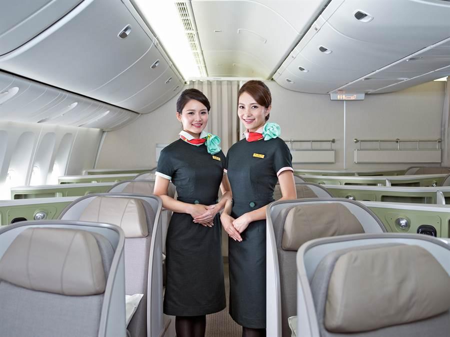 長榮航空今日宣布推出「空中仁醫」計畫。圖為長榮空服。(資料照)