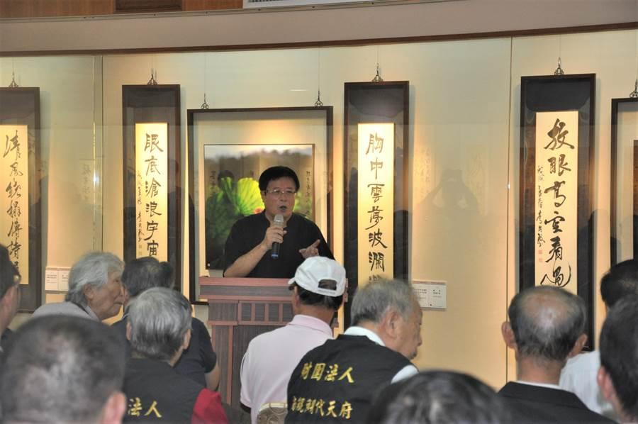 鯤瀛文化藝術館目前正展出「閒遊藝林─李國殿書法篆刻攝影展」。(莊曜聰攝)