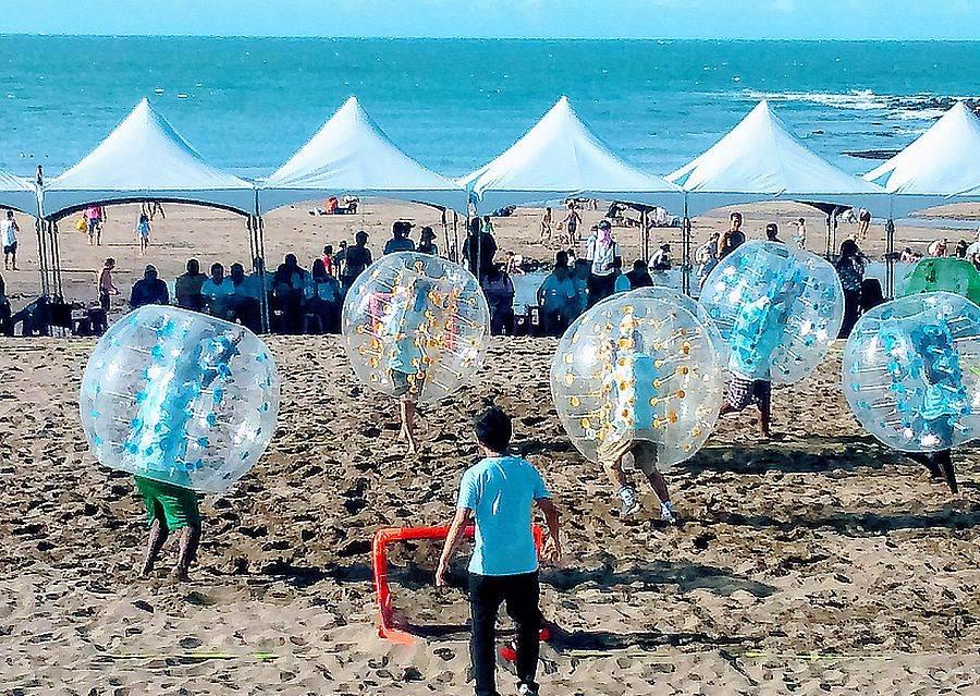 「浪漫白沙灣,沙灘生活節」的沙灘泡泡足球趣味競賽,吸引大小朋友參加。