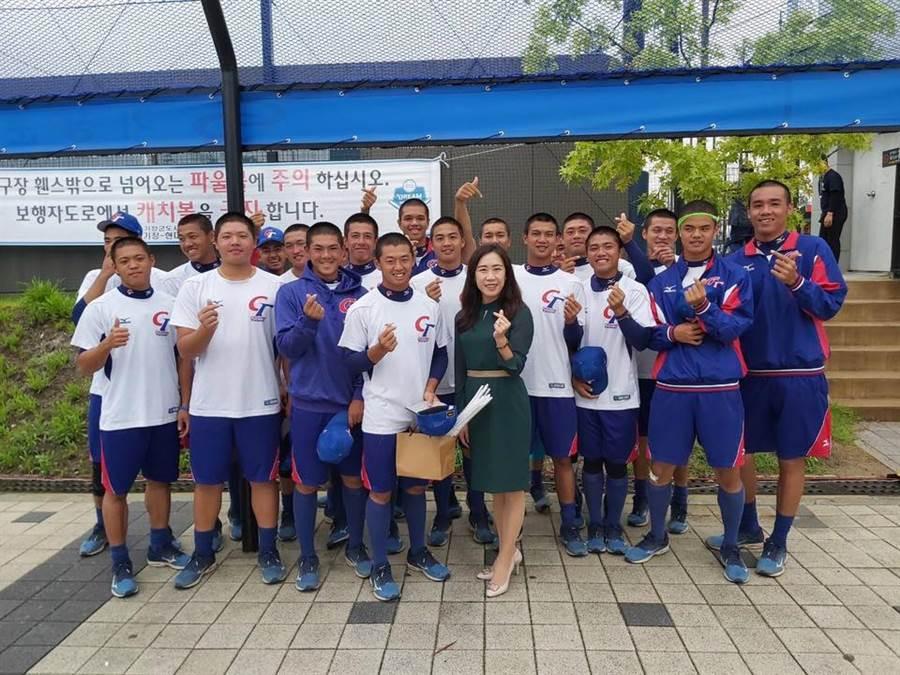 中華青棒隊今天在U18世界杯棒球賽出戰日本隊,賽前台灣駐釜山辦事處總領事吳尚年到場為小將們加油。(摘自中華棒協粉絲團)