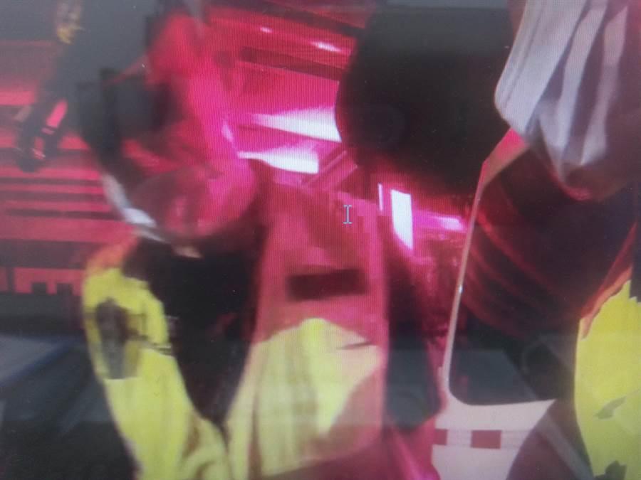 霧峰分局十九甲派出接獲通報,緊急救援在住處自殺的劉婦,搶救回一命。(陳淑芬翻攝)