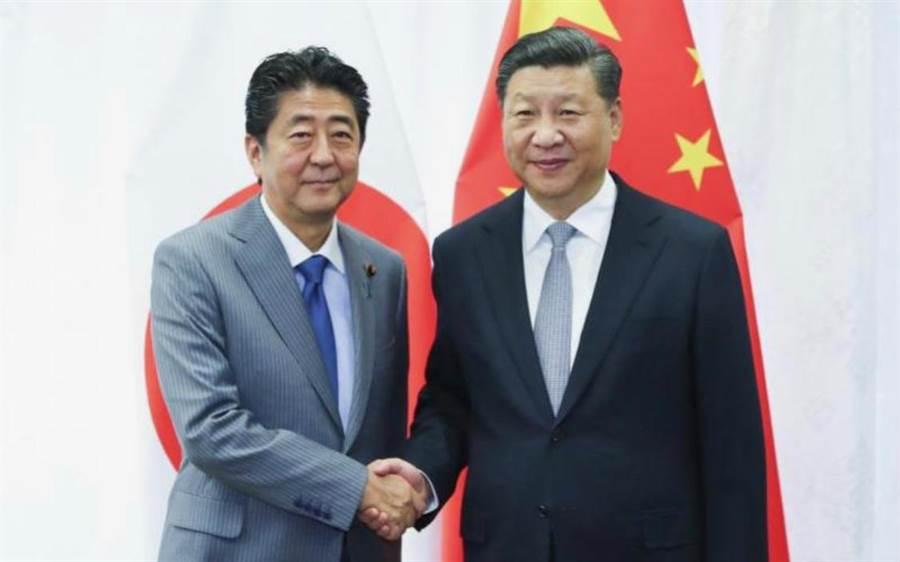 大阪G20高峰會時日本首相安倍晉三和大陸國家主席習近平的合照。(取自臉書)