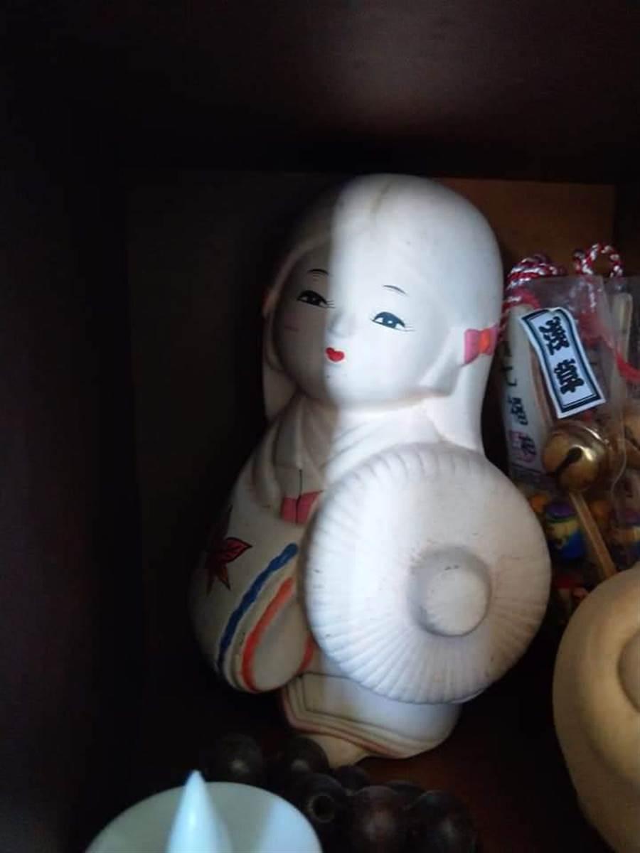 有網友就分享家裡有座可愛的日本陶瓷娃娃是小時候媽媽送給他的,一直到現在結婚生子都還擺在家裡,但是擺在高處的娃娃卻每次都會自己「轉回去」,讓原PO相當毛骨悚然。(翻攝自《靈異公社》)