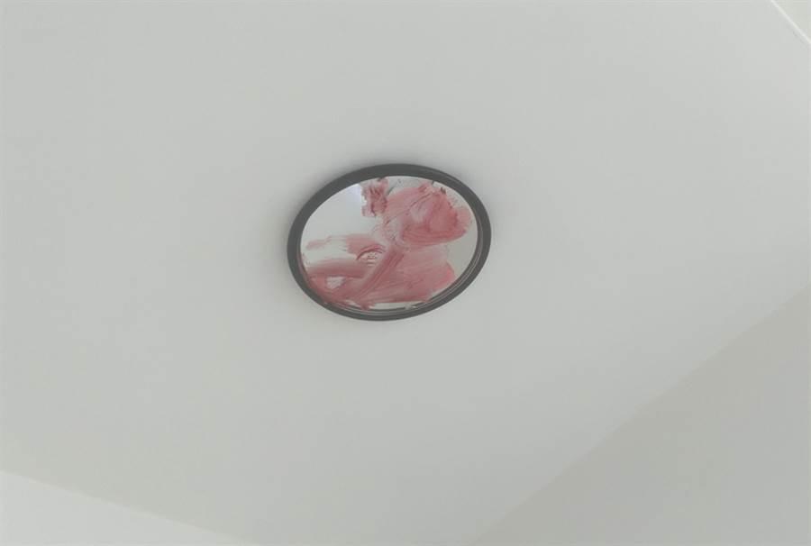 天花板藏「抹红圆镜」他一看吓歪(图/摘自PTT)