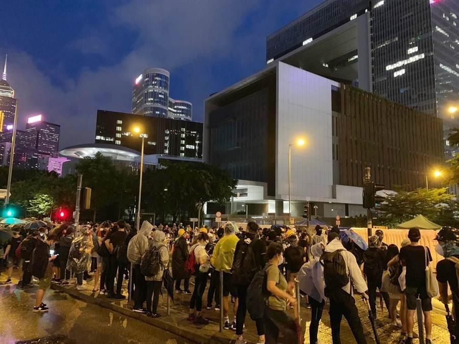 示威者特首辦外聚集。(圖/翻攝自星島網)