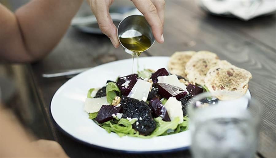 吃沙拉還是可能會便秘,關鍵在於少了「油」。(圖片來源:pixabay)