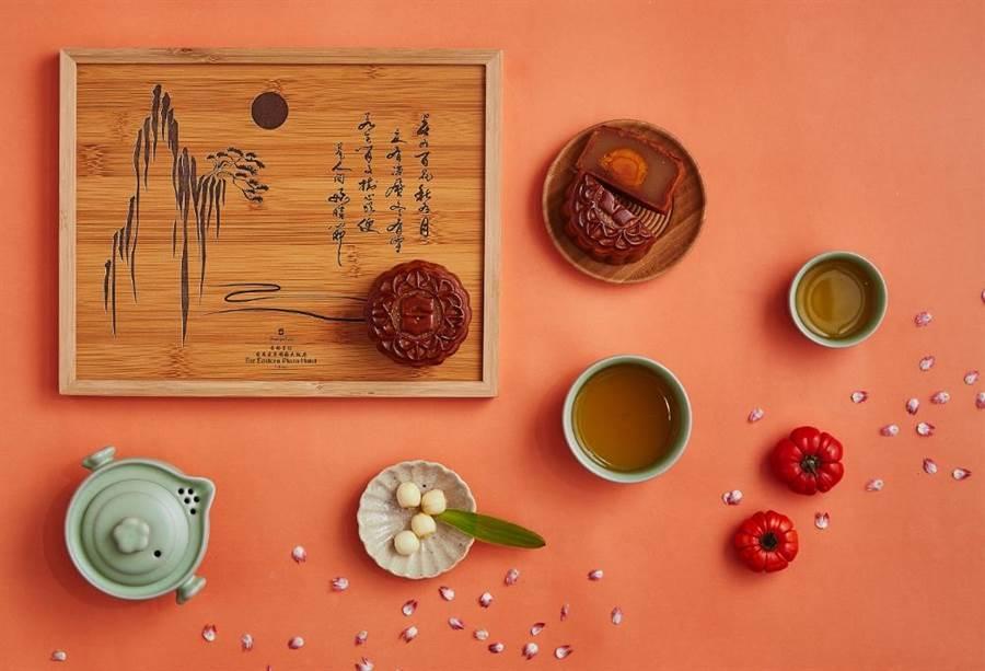 遠百獨家香格里拉台南遠東大飯店「璽月典藏」禮盒,廣式蓮蓉蛋黃與香菇滷肉,搭配中式茶具旅行組,2入、1598元。(遠百提供)