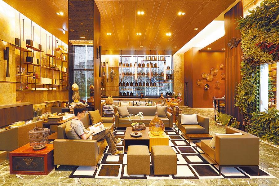 「桃城茶樣子」2019年獲得「台灣最美飯店」票選冠軍,其大廳取自台灣早期茶行意象。圖/承億文旅