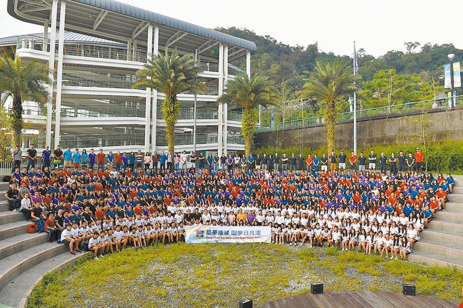 康橋國際學校共約450名師生1日參與2019國際萬人泳渡日月潭活動。(康橋國際學校提供/葉書宏新北傳真)