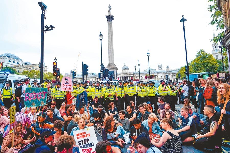 示威群眾8月31日聚集在倫敦的特拉法加廣場靜坐,抗議首相強森架空國會。大批穿著黃衣的警察在旁嚴陣以待。(法新社)