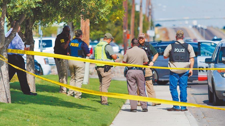 德州西部奧德薩市8月31日發生槍擊事件,執法人員封鎖現場展開鑑識。(美聯社)