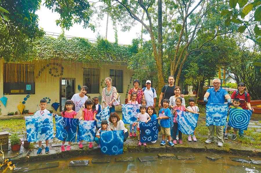 台北市湖山國小藍染課程帶領學生手作藍染手帕,也認識地方文化。(湖山國小提供/張潼台北傳真)