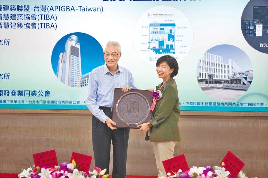 2019 TIBA AWARDS「2019第三屆台灣優良智慧綠建築暨系統產品獎」由前副總統吳敦義(左)頒獎,遠傳電信總經理井琪(右)親自領獎。(遠傳提供)
