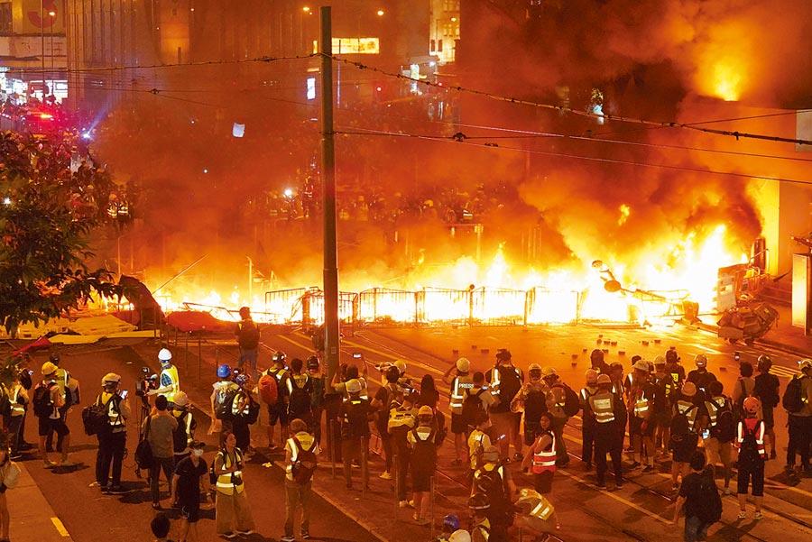 8月31日晚,香港部分激進暴力示威者在灣仔及銅鑼灣四處縱火,對周圍在場人士和附近建築物造成威脅。(中新社)