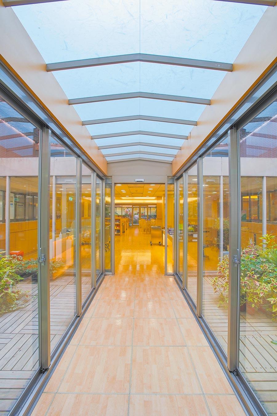 健檢中心雖在地下二樓,卻有天井採光花園設計,大幅減低壓迫感。(新光醫院提供)