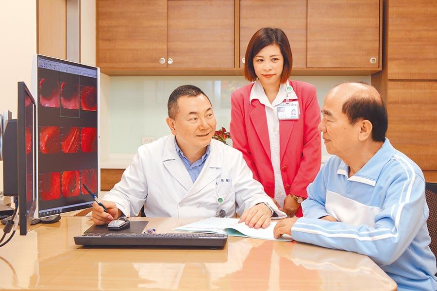 各專科醫師於來賓受檢結束後,當天解釋報告。(新光醫院提供)