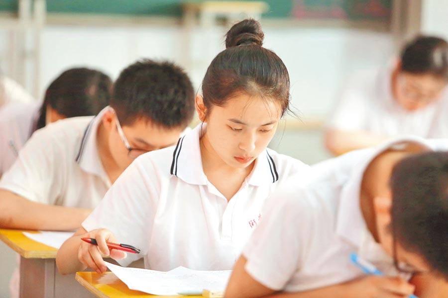 開學季到來,為了給學生減壓,招生方面要求嚴禁以各類考試、競賽、培訓成績或證書證明等作為招生依據。(新華社資料照片)