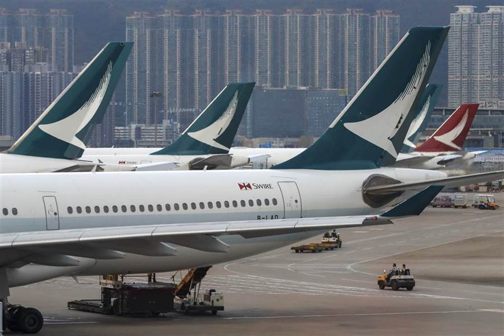 國泰航空飛香港航班上出現多次緊急用虛氧氣瓶遭破壞事件,由於事涉飛航安全,已有20多名機組人員停飛協助調查。(圖/美聯社)