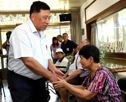 秋節前夕副縣長陳正昇在社區關懷據點 與長輩同樂