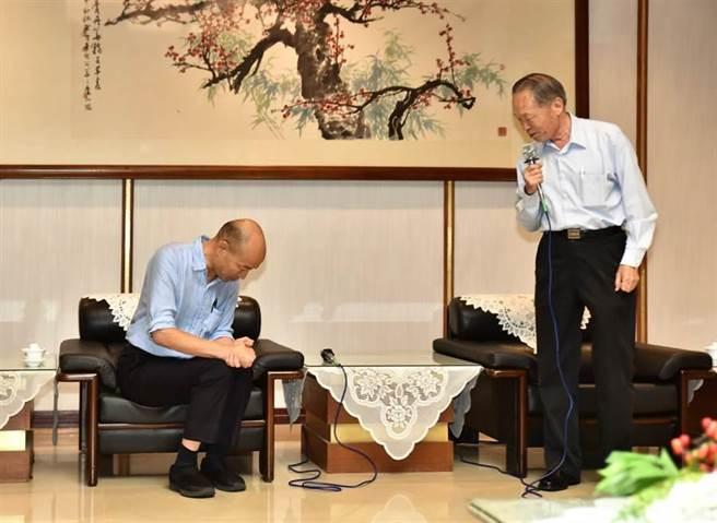 國民黨總統提名參選人、高雄市長韓國瑜(左)2日謝謝前立法委員陳鎮湘(右)的支持。(林瑞益攝)