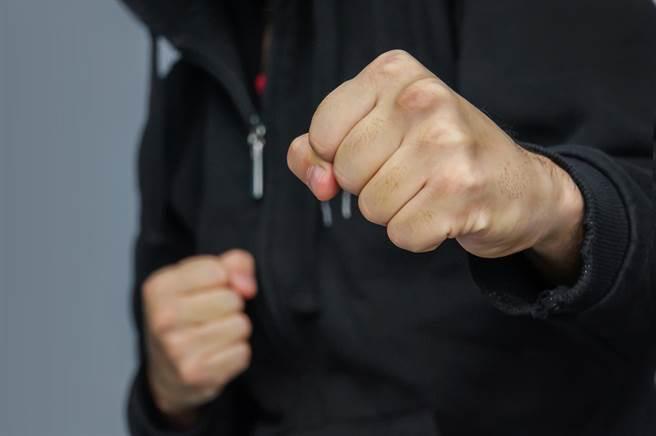 素有「神童」之稱的終極格鬥冠軍賽(UFC)傳奇人物、前輕量級冠軍潘尼在夏威夷街頭上勸架,慘遭路人連毆兩拳,當場倒地。(示意圖/shutterstock)