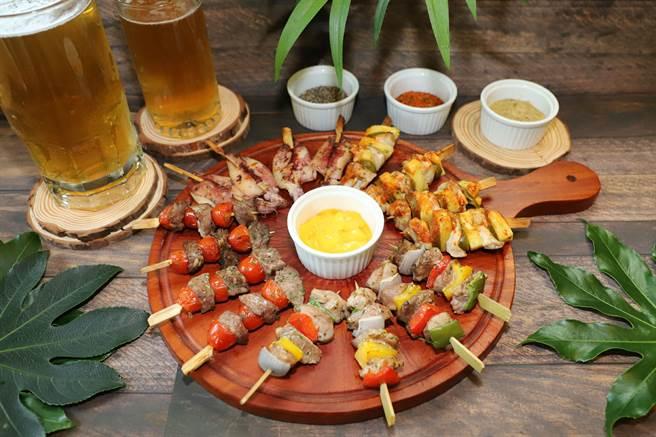 台中林酒店森林百匯舉辦「燒烤啤酒節」推出十幾種品項的海陸BBQ、及上百種冷盤、熱食、甜點,還包括幾款經典串燒。(林酒店提供/台中馮惠宜傳真)