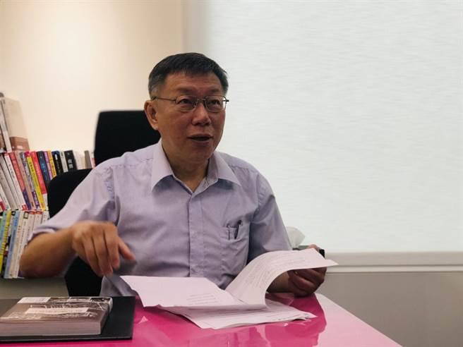 台北市長柯文哲上廣播電台大談台灣民眾黨的革命四大原則。(張穎齊攝)