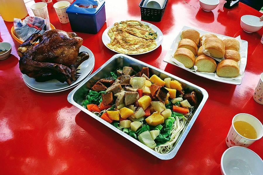 三芝「牧蜂農莊」吃蜂蜜烤雞、現採農家菜等美味。
