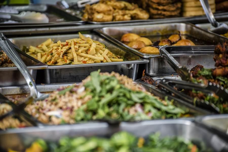 颱風還沒來菜價先漲,專家嘆:自助餐店菜量變少。(示意圖/達志影像)