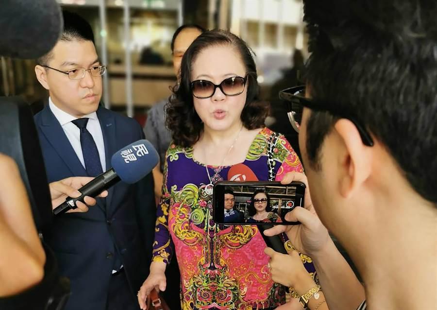 黃姓律師(左)與楊強蓉向媒體說明事由。(盧禕祺攝)