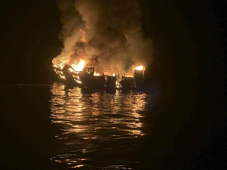 一艘潛水船2日清晨在南加州外海遭遇大火,目前死亡人數攀升至8人。(圖/美聯社)