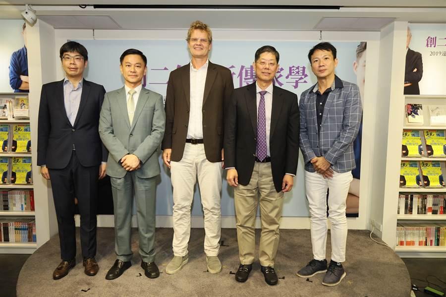 玉山銀行財富管理事業處資深副總經理張綸宇(左二)出席「企業接班傳承跨國大調查」發表會。(玉山提供)