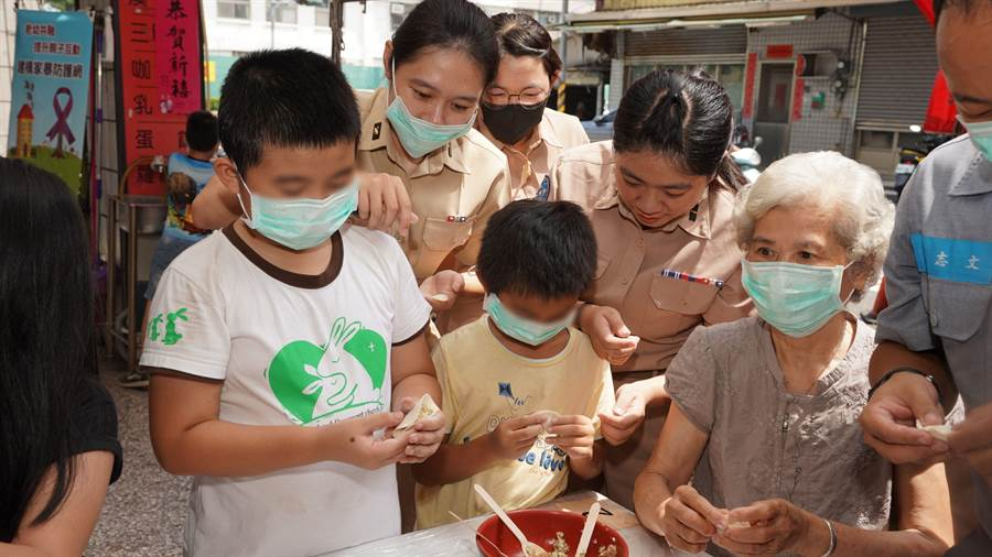 海軍官兵進入社區陪伴孩童與關懷老人。(圖/海軍司令部提供)