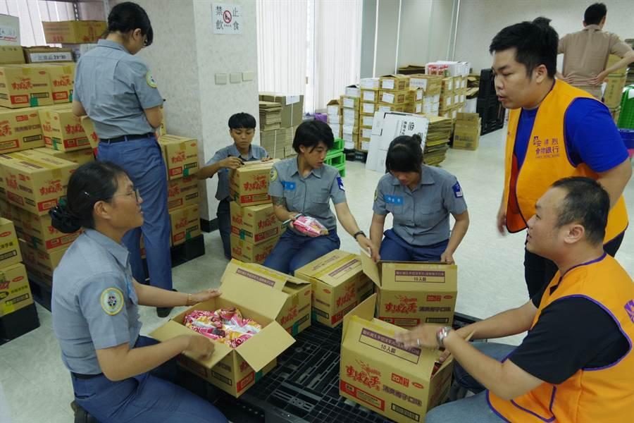 海軍官兵假日前往安德烈食物銀行擔任服務志工。(圖/海軍司令部提供)