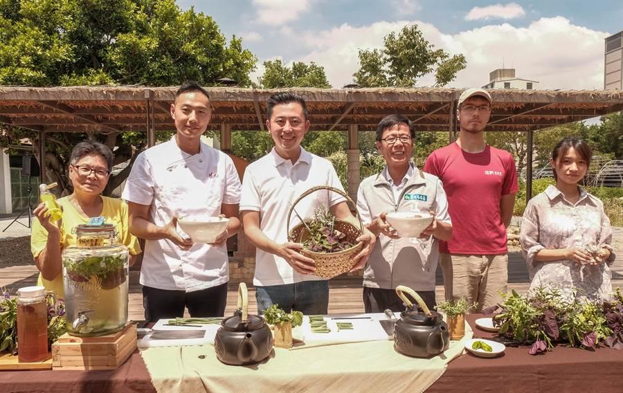 市長林智堅(左三)感謝翟九麵店等業者加入食物森林,延續「分享共好」的眷村文化。(羅浚濱攝)