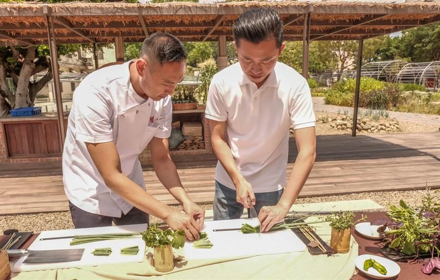 市長林智堅(右)由翟九麵店老板翟保融(左)指導把蔥一律切成5公分長。(羅浚濱攝)