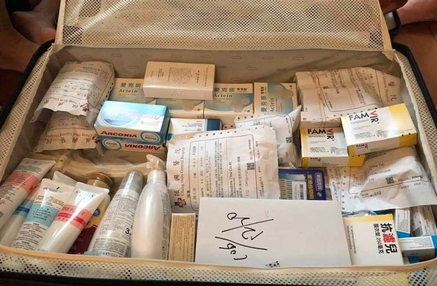 陳文茜如今出國,竟得帶整卡皮箱的藥物。(翻攝自文茜的世界周報 Sisy's World News臉書)
