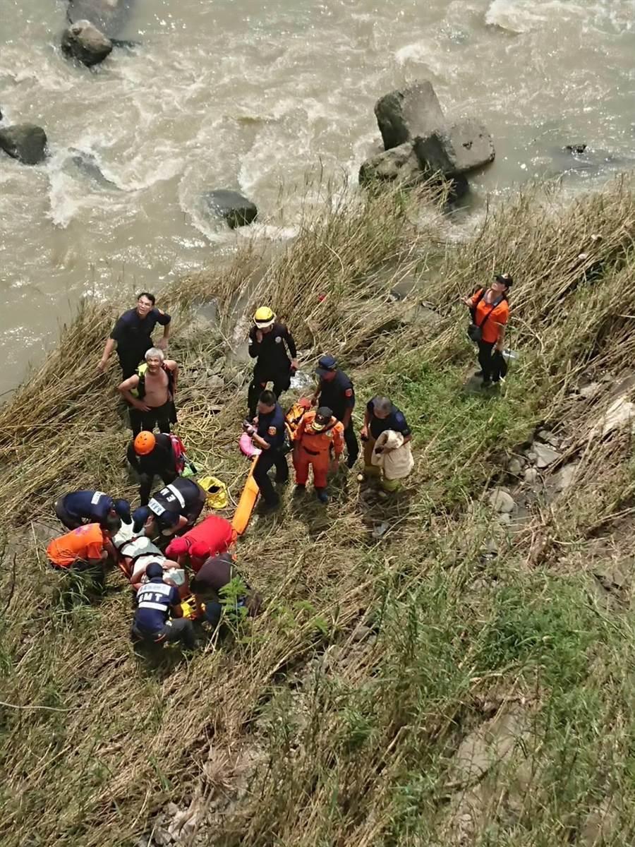 救難人員以擔架合力將謝姓少年運送上岸。(嘉縣消防局提供)