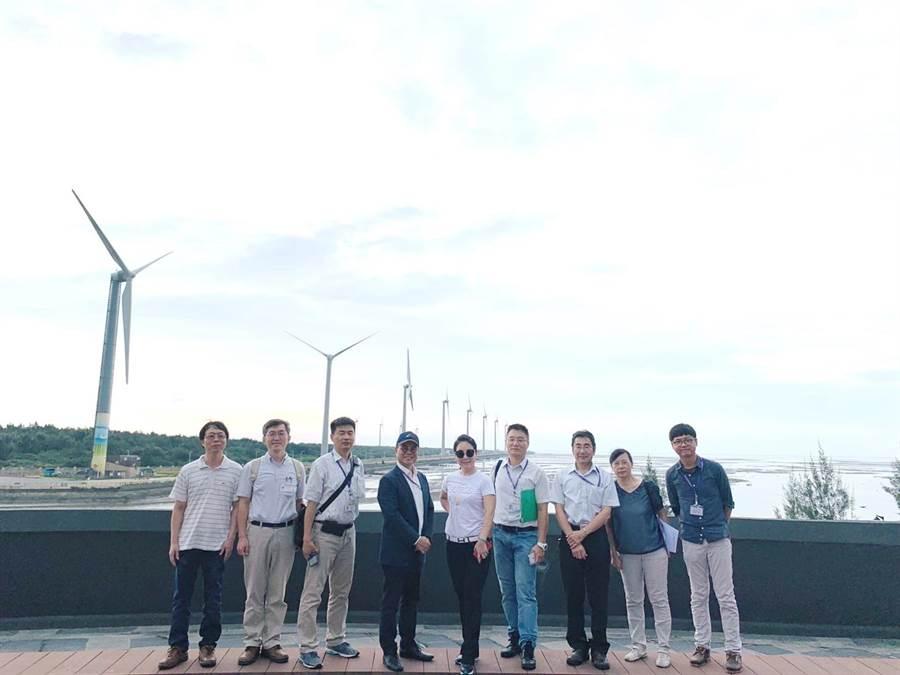 台中市都發局長黃文彬(右六)表示,為兼顧海岸景觀及整體規畫,台中港港埠專用區內重大建設計畫納都市設計審議範圍。(盧金足攝)