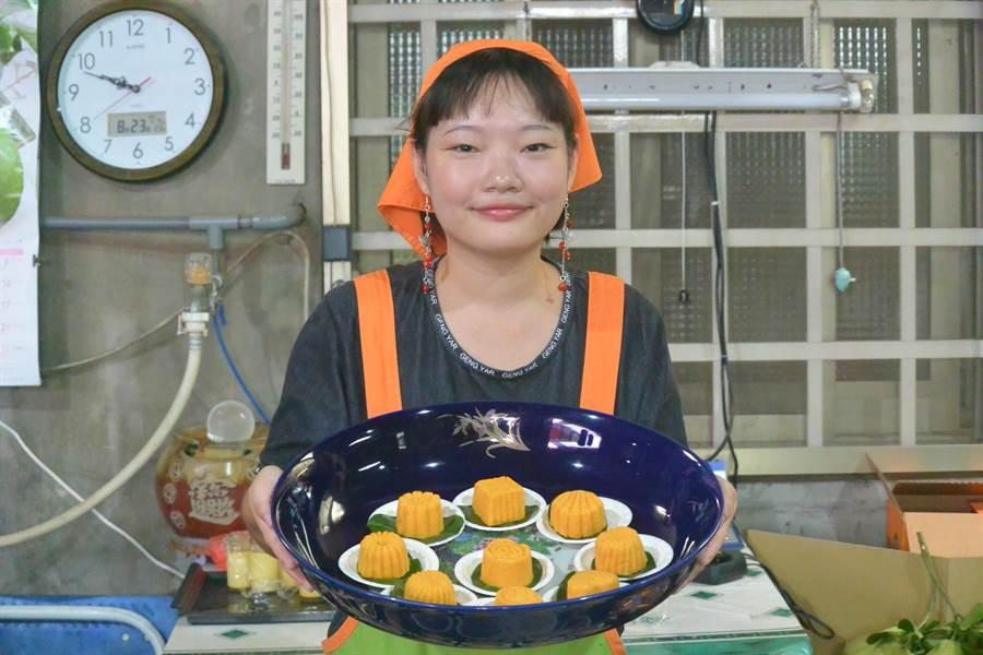 西湖業者利用新鮮柚醬及甘藷泥製作「芸香戀人」月餅,入口飄柚香。(巫靜婷攝)