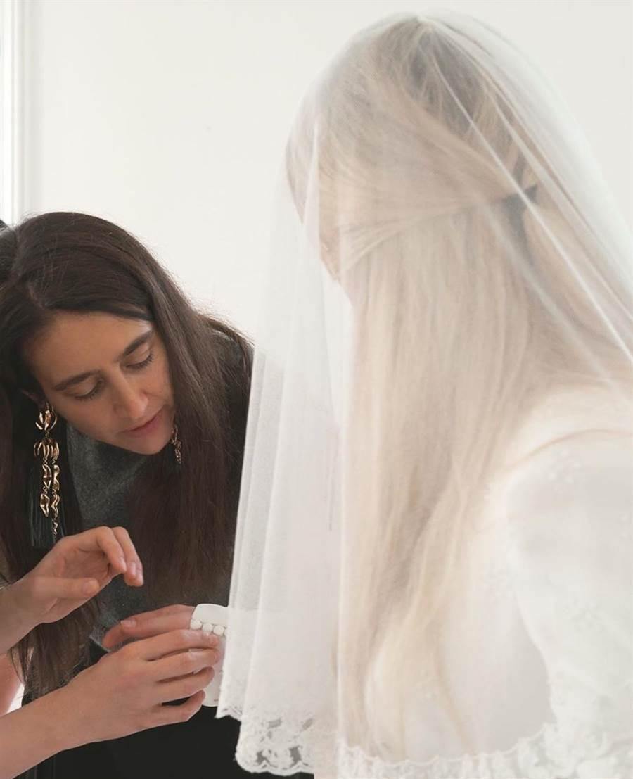 Chloé創意總監Natacha Ramsay-Levi(左)替艾麗高登量身打造婚紗。(Chloé提供)