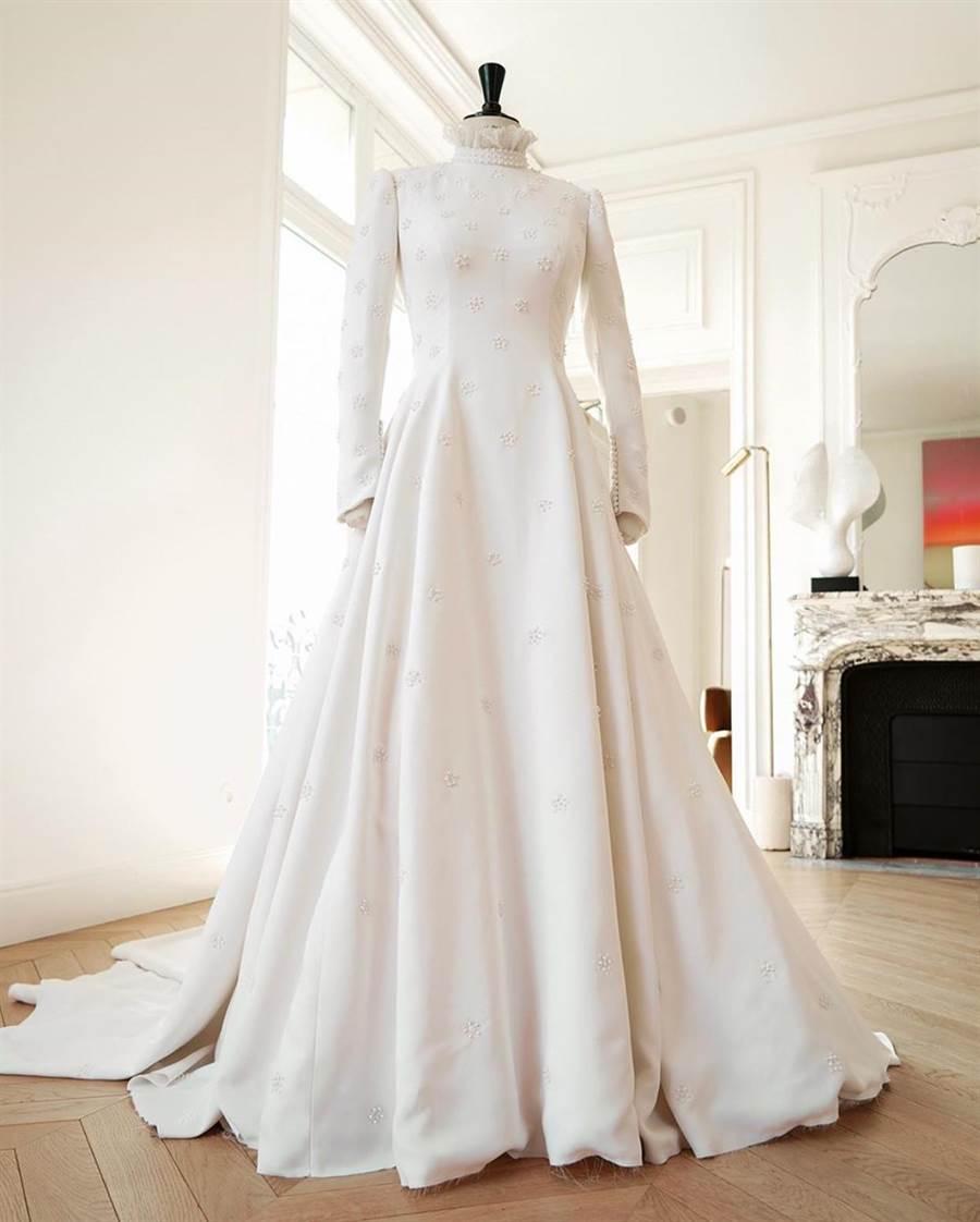 婚紗呼應約克大教堂的風格,充分運用維多利亞時期的美學元素。(Chloé提供)