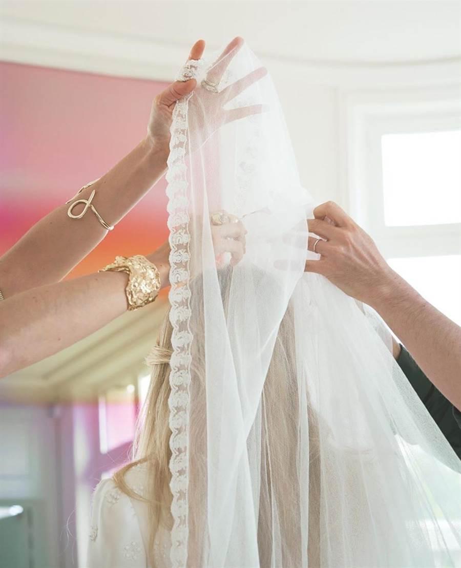 頭紗採用輕盈精緻的絲質薄紗與烏干紗領片。(Chloé提供)