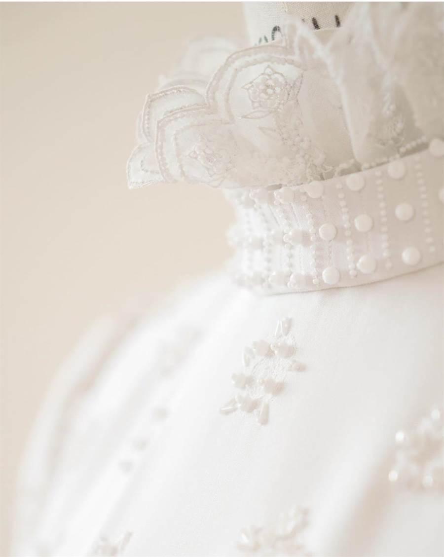 白色約克玫瑰皆以手工刺繡而成,再飾以低調的白色玻璃珠飾。(Chloé提供)