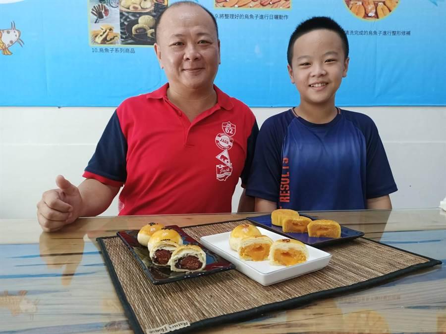 負責人蔡長宏(左)說,店裡另一項熱門的月餅口味是波羅流芯,將鹹蛋黃攪拌成流砂狀,再急速冷凍,在以酥皮包覆,切開來後裡面的奶黃會流出來,好吃又好玩。(張毓翎攝)