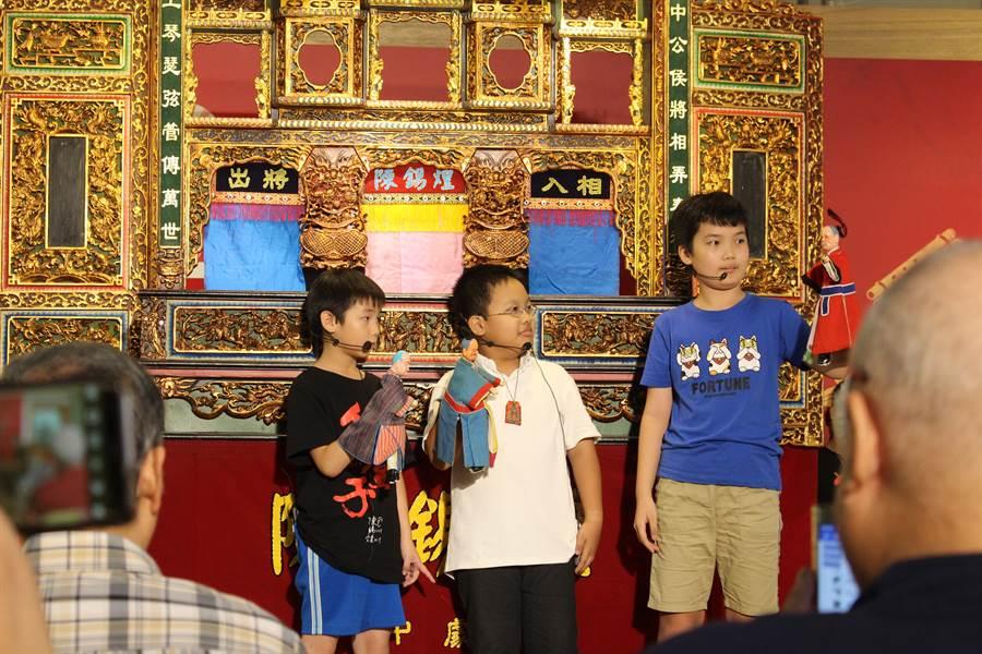 國寶級布袋戲大師陳錫煌,致力傳承傳統文化,連國小生都是他的布袋戲迷,跟著陳錫煌學習操偶技術。(王寶兒攝)