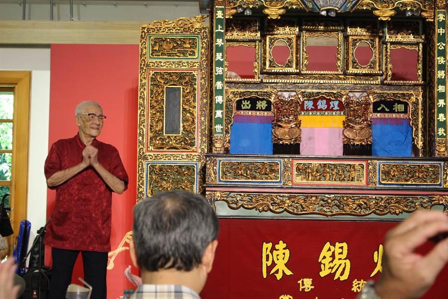 陳錫煌是台灣唯一獲得文化部「重要傳統藝術布袋戲類保存者」、「古典布袋戲偶衣飾盔帽道具製-作技術保存者」兩項國家頭銜的傳統布袋戲師。(王寶兒攝)